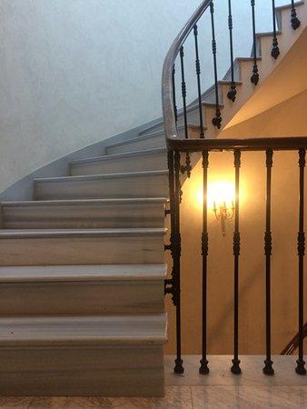 Meroddi Bagdatliyan Hotel: Spiral Staircase. Elevator (lift) Is Available