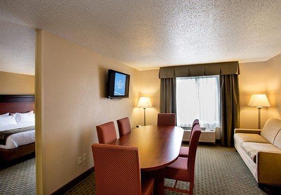 Livonia, MI: King Suite