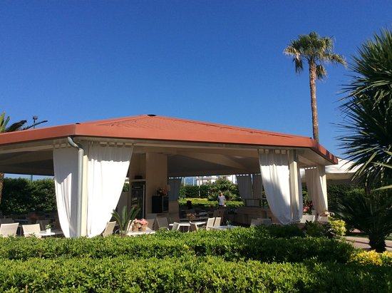 Hotel Olimpico: Tuin met Buitenrestaurant