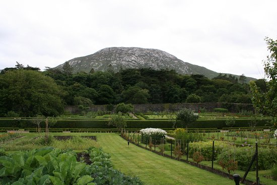 Kylemore, Ierland: View from the top of the walled garden