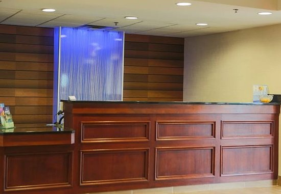 Fairfield Inn & Suites Lexington Berea: Front Desk