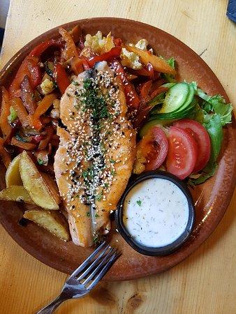 Harjumaa, Estônia: Рыба с овощами гриль.