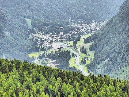 Ayas, Italia: Champoluc on the way up to Rif. Frachey.