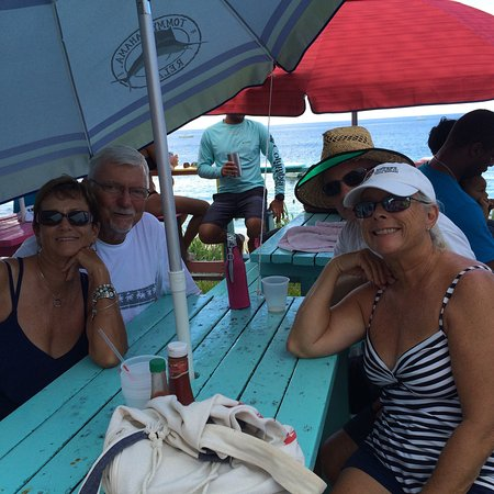 Great Guana Cay: Taken on the Sunday afternoon at nippers...  Their rum punches are great!!'