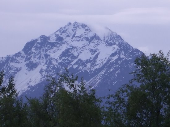 Wasilla, AK: Grand View Inn and Suites: some of the mountain views from the hotel car park