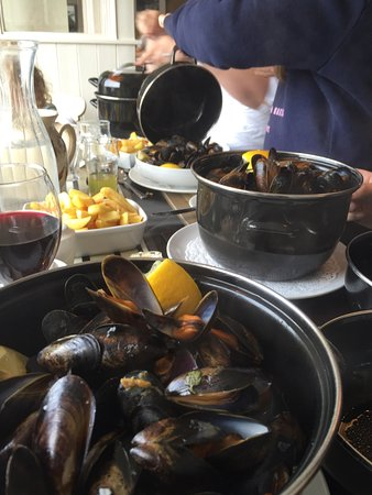Leenane, Irlanda: Mussels- go for the pot .. Or the crock if only peckish