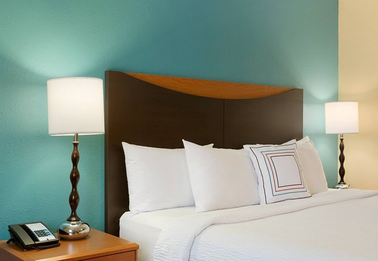 Roseville, MN: Queen Guest Room