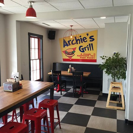 Archie's Grill: Large seating area inside