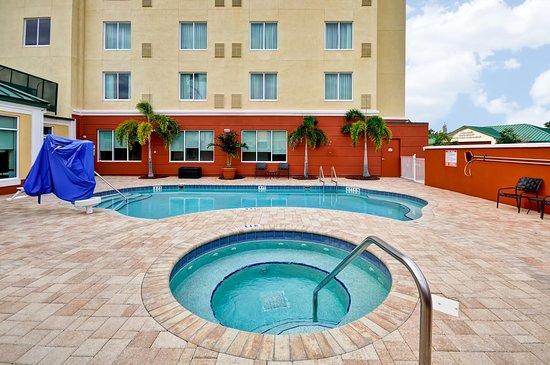 Oldsmar, FL: Outdoor Pool & Whirlpool