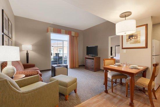 La Quinta, CA: 1 Bed Boardroom King Suite
