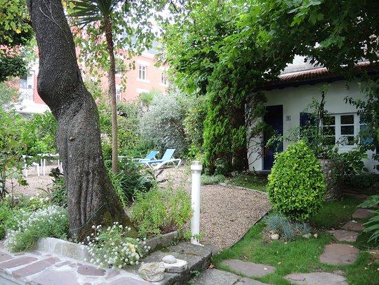 Hotel Ohartzia : Petit bungalow au fond du jardin, à louer également.