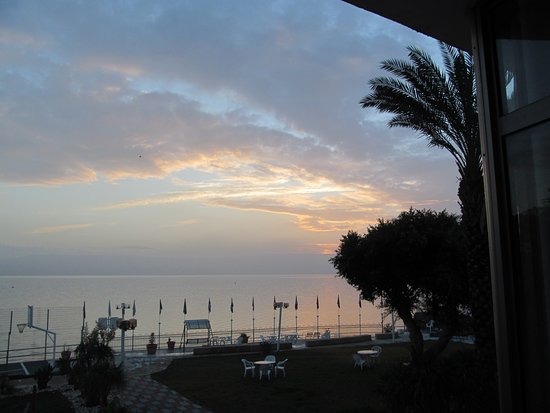 Ron Beach Hotel: Sunset over the Sea of Galilee from our hotel room...