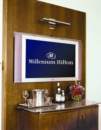 Millenium Hilton: TV/Minibar