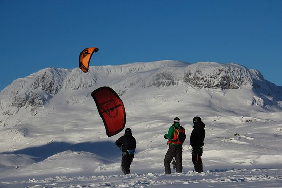 Learning to kite in Haukelifjell. Mountain in the background is Verjesteinsnuten.