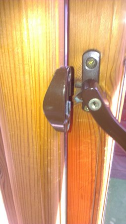 Slough, UK: Broken window handle/lock meant we couldn't close the window. Felt unsafe.