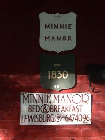 The Minnie Manor Inn: Signage