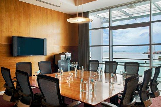 Hilton Auckland: Boardroom