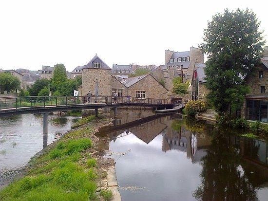Guingamp, Frankrike: Le barrage sur le trieux. La brasserie est à droite.