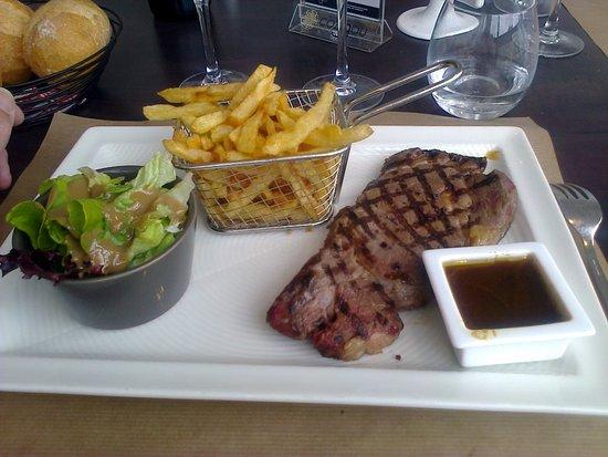 Guingamp, Frankrike: Petite entrecôte (220 grs) et ses frites.