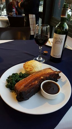 Randburg, Afrique du Sud : Pork belly with wilted spinach and broccoli with blue cheese sauce accompanied by a amazing red