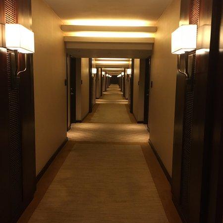 The Peninsula Manila: corridor
