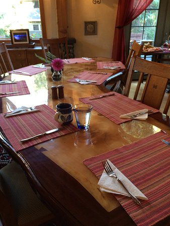 Carriage House Bed & Breakfast: Handmade table - gorgeous! (Made by our host)