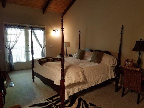 Merritt House Inn : King Bed Room w/ Balcony
