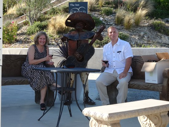 The Inn at Croad Vineyards: Sit outside and enjoy the wine