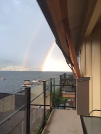 Summerland Waterfront Resort & Spa : We got a rainbow after a (very short) thunderstorm!