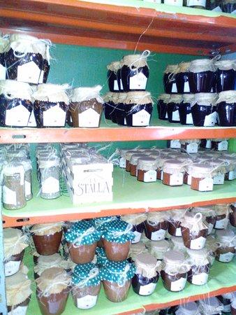 La Stalla: Estanterías con dulces, conservas, aderezos y condimentos