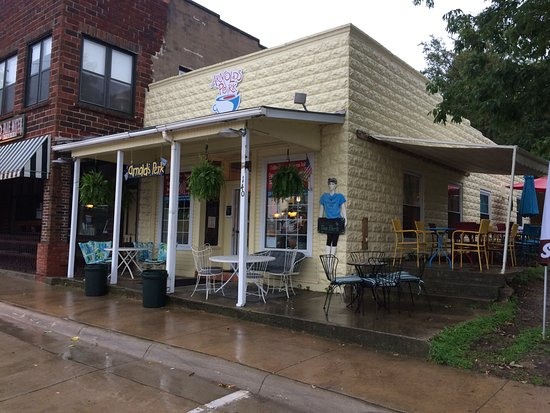 Arnolds Perk Coffee House: Outdoor seating