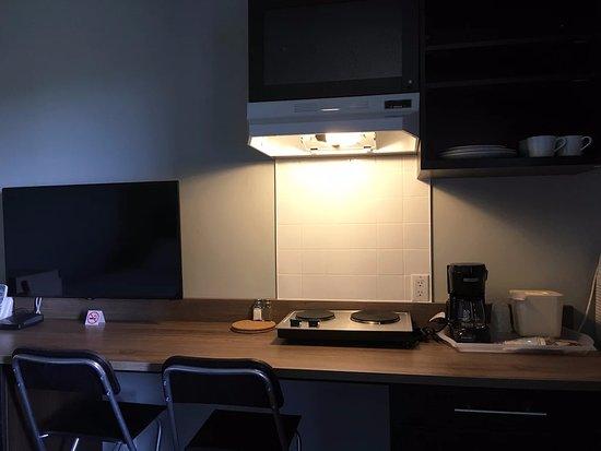 Drayton Valley, كندا: kitchenette and tv