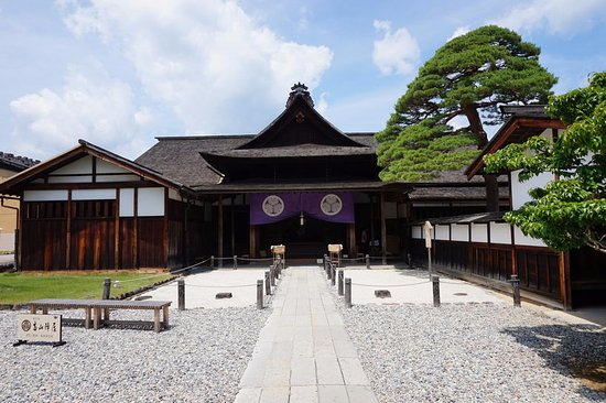 https://media-cdn.tripadvisor.com/media/photo-s/0c/47/88/ac/takayama-jinya-entrance.jpg