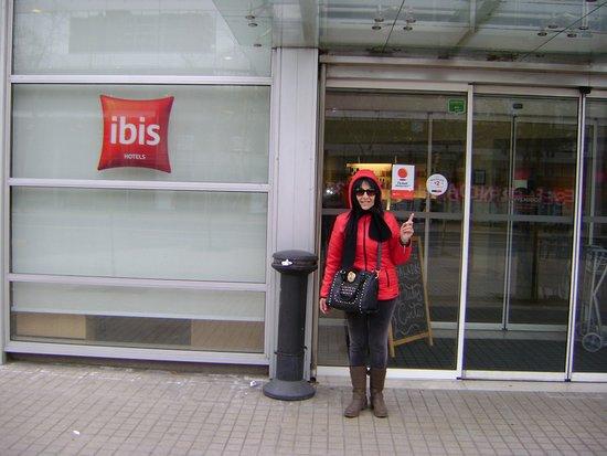Ibis Santiago Providencia: en la puerta y contenta de estar en Chile!
