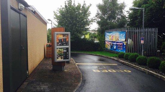 Castlebar, Irlanda: Drive-thru lane