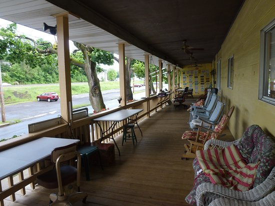 Cresson, Pensilvania: The veranda ready for rail fans.