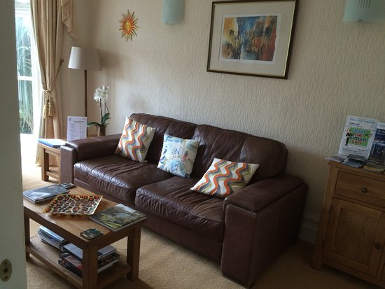 Avron House Guest Lounge