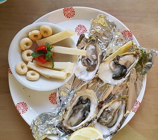 Cavriago, Italië: ostriche crude con formaggio semi stagionato e taralli pugliesi