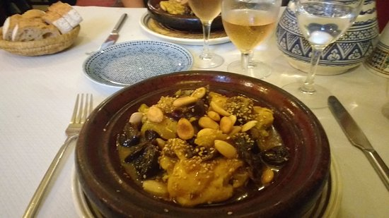 Morlaix, Francia: Tajine of chicken, prunes and almonds