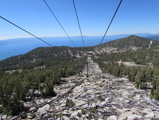 Саут-Лейк-Тахо, Калифорния: View of Lake Tahoe and a snow-less ski trail from the Heavenly Gondola