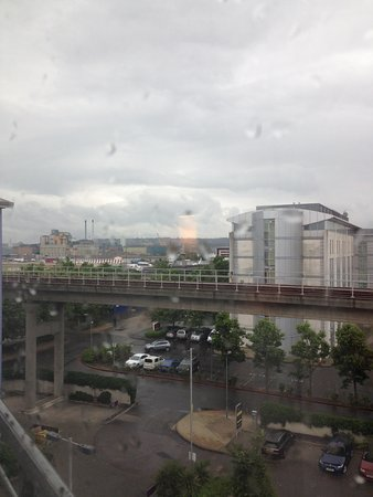Premier Inn London Docklands (Excel) Hotel: sadly i cannot show my video so here is the DLR with Airport behind