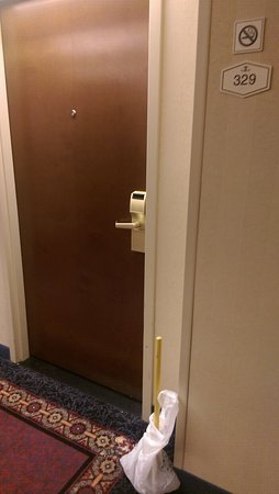 Hampton Inn Dulles-Cascades : They left a plunger outside my room to fix the bathroom where Im staying at.