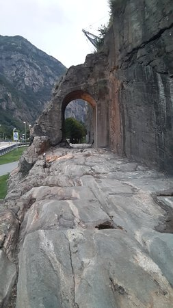 Donnas, Italië: L'arco romano