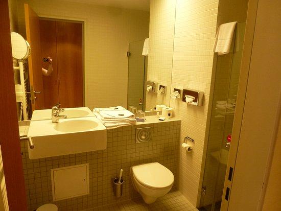 Hotel Aquino : Bad , WC ,Waschbecken