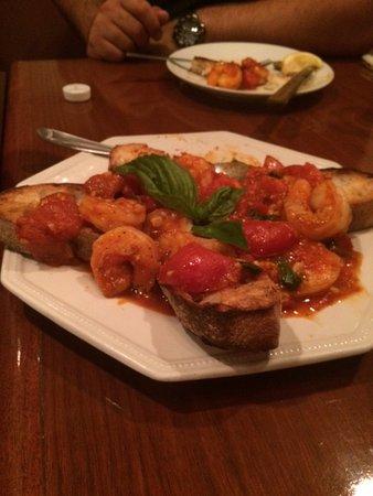 Medford, MA: Camarones con salda de tomate.