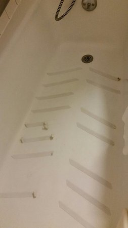 Quality Inn & Suites Marinette: Curled safety treads in bathtub Faucet too small for sink