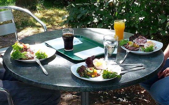 Lyngby-Taarbak Municipality, เดนมาร์ก: 3 x 3 stk smørrebrød - bordet har vi selv rengjort