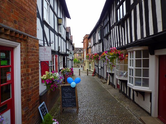 Ledbury, UK: Mrs Muffins on left, Town Council Offices on right