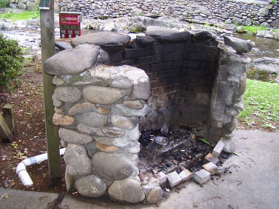 Zoders Inn & Suites: Stone grill for guests to use, also picnic table & chairs.