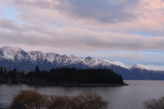 Rydges Lakeland Resort Hotel Queenstown: The view as the sun was going down